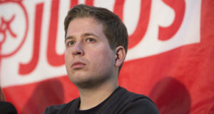 Lipcse, 2018. február 9. Kevin Kühnert, a Német Szociáldemokrata Párt (SPD) ifjúsági szervezetének, a Jusosnak az elnöke egy pártrendezvényen a németországi Lipcsében 2018. február 9-én. Kühnert ellenzi az SPD és az uniópártok, a Kereszténydemokrata, illetve a Keresztényszociális Unió koalícióját, és arra bíztatja pártjának tagjait, ne fogadják el a közös kormányzásról kötött megállapodást. Az SPD több mint 460 ezer fős tagsága február 20. és március 2. között szavaz a kérdésről. (MTI/EPA/Omer Messinger)