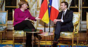 Emmanuel Macron francia elnök (j) és Angela Merkel német kancellár megbeszélést folytat a párizsi államfői rezidencián, az Elysée-palotában 2018. január 19-én. (MTI/EPA pool/Christophe Petit Tesson)
