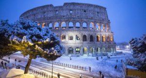 Róma, 2018. február 26. Esik a hó a római Colosseumnál 2018. február 26-án. (MTI/EPA/Angelo Carconi)