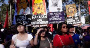 Fülöp-szigeteki nők tüntetnek Rodrigo Duterte elnök politikája ellen Manilában 2018. március 8-án, a nemzetközi nőnapon. (MTI/EPA/Mark R. Cristino)