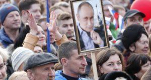 Szevasztopol, 2018. március 14. Vlagyimir Putyin orosz államfõ választási kampánybeszédét hallgatják támogatói a Krím-félszigeti Szevasztopolban 2018. március 14-én. Az oroszországi elnökválasztást március 18-án, a Krím Ukrajnától való elcsatolásának negyedik évfordulóján tartják. (MTI/EPA/Szergej Csirikov)