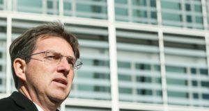 Brüsszel, 2018. március 14. 2018. február 23-i kép Miro Cerar szlovén kormányfõrõl Brüsszelben. Cerar 2018. március  14-én lemondott tisztségérõl, miután a szlovén legfelsõbb bíróság megsemmisítette a kormány csaknem egymilliárd eurós kiemelt projektjérõl, a Koper-Divaca vasútvonal egy 27 kilométeres szakaszán tervezett második vágány építésérõl 2017. szeptemberben rendezett népszavazás eredményét, mert a kampányt a kabinet állami pénz felhasználásával finanszírozta. (MTI/EPA/Stephanie Lecocq)