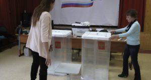 Moszkva, 2018. március 16. A helyi választási bizottság munkatársai urnákat állítanak fel egy moszkvai szavazóhelyiségben 2018. március 16-án, két nappal az orosz elnökválasztás előtt. A plakát feliratának jelentése: 2018. március - Oroszország elnökének megválasztása - A mi államunk, a mi elnökünk, a mi választásunk. (MTI/EPA/Szergej Ilnyickij)