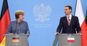 Varsó, 2018. március 19. Mateusz Morawiecki lengyel miniszterelnök (j) és Angela Merkel német kancellár sajtóértekezletet tart Varsóban 2018. március 19-én. (MTI/EPA/Radek Pietruszka)