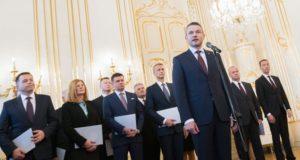 Pozsony, 2018. március 22. Peter Pellegrini újonnan kinevezett szlovák miniszterelnök beszél a megújult összetételû kabinet többi tagjának társaságában Pozsonyban 2018. március 22-én. (MTI/EPA/Jakub Gavlak)