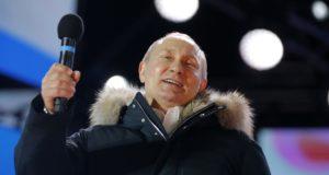 Moszkva, 2018. március 18. Vlagyimir Putyin hivatalban levõ államfõ beszédet mond támogatói elõtt a moszkvai Kreml melletti Manézs téren 2018. március 18-án, az orosz elnökválasztás estéjén. A Központi Választási Bizottság elõzetes adatai a független jelöltként induló Putyin gyõzelmét vetítik elõre. (MTI/AP/Alekszandr Zemlianicsenko)