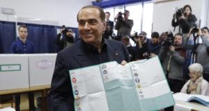 Milánó, 2018. március 4. Silvio Berlusconi volt olasz miniszterelnök, a Forza Italia (FI) párt vezetője mutatja szavazólapját egy milánói szavazóhelyiségben 2018. március 4-én, a parlamenti választások napján. (MTI/AP/Luca Bruno)