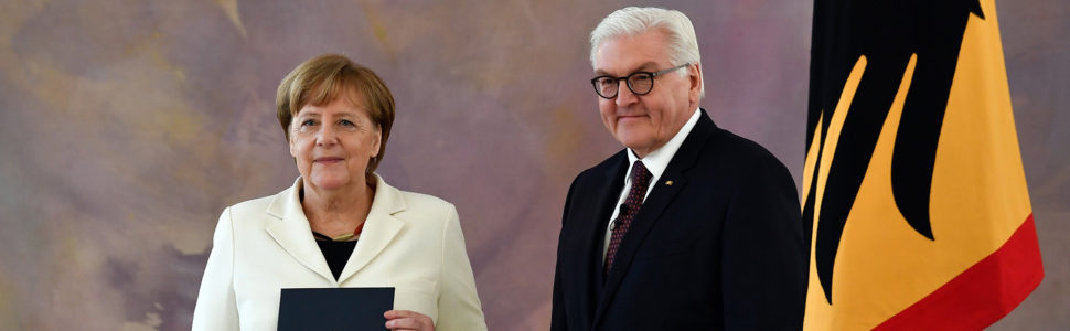 Berlin, 2018. március 14. Angela Merkel újraválasztott német kancellár átveszi kinevezési okmányát Frank-Walter Steinmeier német elnöktől a berlini államfői rezidencián, a Bellevue-palotában a megválasztása után, 2018. március 14-én. (MTI/EPA/Filip Singer)