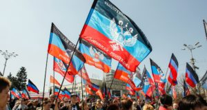 Helyi lakosok vonulnak a Donyecki Népköztársaság zászlóival Donyeck belvárosában 2018. április 7-én, az önhatalmúlag kikiáltott Donecki Népköztársaság megalapításának negyedik évfordulóján.  EPA/ALEXANDER ERMOCHENKO