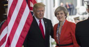 Washington, 2017. január 27. Donald Trump amerikai elnök (b) üdvözli Theresa May brit miniszterelnököt a washingtoni Fehér Házban 2017. január 27-én. May a január 20-án hivatalba lépett Donald Trump elsõ külföldi vendége.   (MTI/EPA/Shawn Thew)