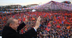 A török elnöki sajtóhivatal által közreadott képen Recep Tayyip Erdogan török államfő integet  támogatóinak a kormányzó Igazság és Fejlõdés Párt (AKP) rendezvényén Bursa északnyugati városban 2018. január 21-én. (MTI/EPA/Török elnöki sajtóhivatal)
