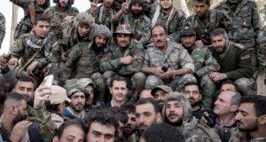 A SANA szíriai állami hírügynökség által közreadott képen Bassár el-Aszad szíriai elnök (k, öltönyben) a lázadók ellen harcoló kormánykatonákkal fényképezkedik a főváros, Damaszkusz mellett levő Kelet-Gúta térségében 2018. március 18-án. (MTI/EPA/SANA)