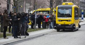 Berlin, 2018. március 26. A Stimulate nevű project keretén belül bemutatásra kerülő vezető nélküli elektromos busz a berlini Charite Egyetemi Kórház területén 2018. március 26-án. A busz napokon belül megkezdi működését a német fővárosban. (MTI/EPA/Omer Messinger)