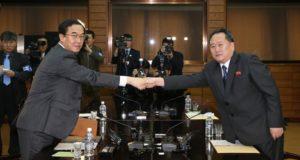 Panmindzson, 2018. március 29. Cso Mjung Gjon dél-koreai országegyesítési miniszter (b) és Ri Szon Gvon, a Korea-közi ügyekért felelõs észak-koreai hivatal vezetõje kezet fog a megbeszélésük végén a két Koreát elválasztó demarkációs vonalon fekvõ Panmindzsonban 2018. március 29-én. A felek az Észak- és Dél-Korea közötti április végi csúcstalálkozó elõkészítésérõl tárgyalnak. (MTI/EPA/Pool/Yonhap)