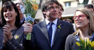 Carles Puigdemont leváltott katalán elnök (k) a sajtótájékoztatója után Berlinben 2018. április 7-én. A politikust az előző napon helyezték szabadlábra óvadék ellenében Németországban, a kiadatását a spanyol hatóságok kérték. (MTI/EPA/Omer Messinger)