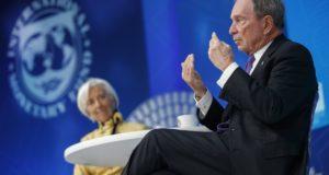 Christine Lagarde, a Nemzetközi Valutaalap vezérigazgatója (b) és Michael Bloomberg amerikai milliárdos üzletember, New York volt polgármestere, az ENSZ város- és klímaügyi különmegbízottja panelbeszélgetésen vesz részt a Világbank és a Nemzetközi Valutaalap (IMF) tavaszi ülésszakán az IMF washingtoni székházában 2018. április 19-én. (MTI/EPA/Shawn Thew)