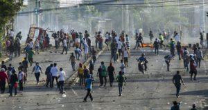 Tüntetők a rohamrendőrökkel vívott összecsapás közben a nicaraguai főváros, Managua egyik főutcáján 2018. április 20-án. A szociális reformok ellen tüntetők és a hatóságok összecsapása három napja kezdődött, eddig legkevesebb két tiltakozó életét vesztette, több mint százan megsebesültek. (MTI/EPA/Jorge Torres)