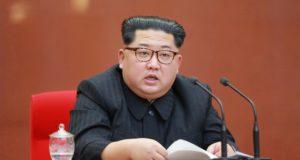 A KCNA észak-koreai hírügynökség által közreadott kép Kim Dzsong Un észak-koreai vezetőről, a párt központi bizottságának plenáris ülésén Phenjanban 2018. április 20-án. Kim Dzsong Un április 21-én bejelentette, hogy Phenjan felfüggeszti nukleáris kísérleteit és rakétatesztjeit, továbbá bezárja nukleáris kísérleti telepét. (MTI/EPA/KCNA)
