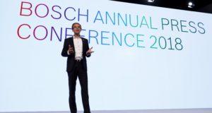 Renningen, 2018. április 25. Volkmar Denner, a Robert Bosch GmbH technológiai konszern igazgatótanácsának elnöke sajtótájékoztatón ismerteti a vállalat 2017-es üzleti eredményét a cégcsoport Baden-Württemberg tartománybeli Renningenben lévõ székházában 2018. április 25-én. A Robert Bosch GmbH konszern 2017-ben az elõzõ évihez képest 6,8 százalékkal, 78,066 milliárd euróra növelte értékesítési árbevételét.(MTI/EPA/Ronald Wittek)