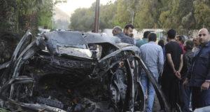 Damaszkusz, 2018. április 6. A SANA szíriai állami hírügynökség képén civilek nézik egy bombatalálatos autó roncsát Damaszkusz Rabva városrészében 2018. április 6-án. A tűzszüneti megállapodás ellenére a szíriai kormányerők csapásokat mértek a lázadókra a Damaszkusszal határos Dúmában, amiért a felkelők rakétával támadták meg a főváros több kerületét, és megöltek két lakost. (MTI/AP/SANA)